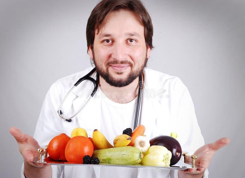 Junge männliche Doktorempfehlung gesund lizenzfreies stockfoto