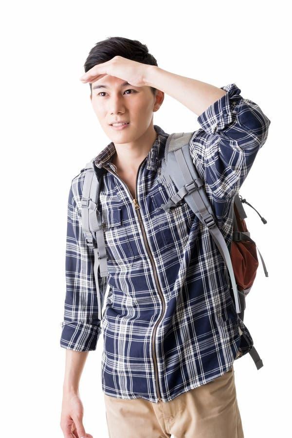 Junge männliche Reisendentdeckung etwas lizenzfreie stockfotos