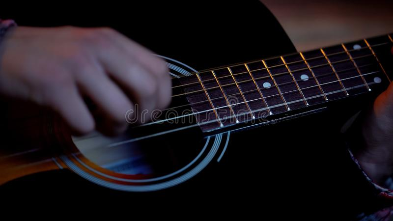 Junge m?nnliche spielende Akustikgitarre, Traum ?ber Musikerkarriere, Nahaufnahme lizenzfreies stockbild