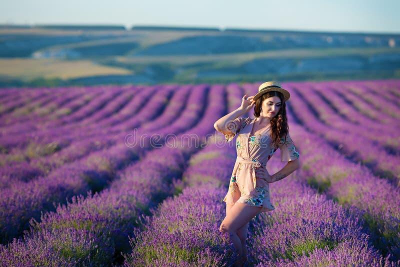 Junge magische entzückende Frau auf dem Lavendelgebiet auf Sommertagestanzen und Lebenszeit mit Frauenmädchenenergie genießen stockbilder