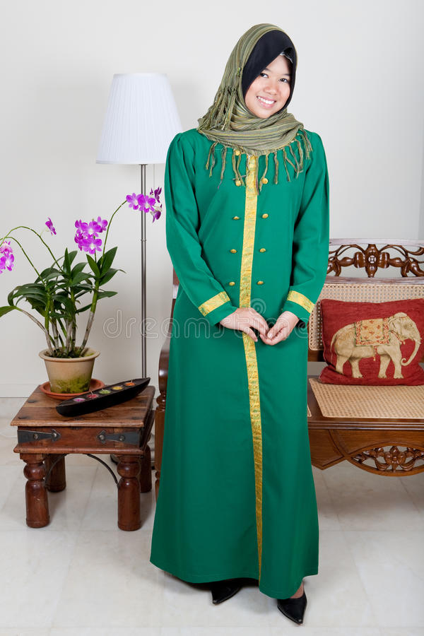 junge malaysische Frau im grünen hijab lizenzfreie stockbilder