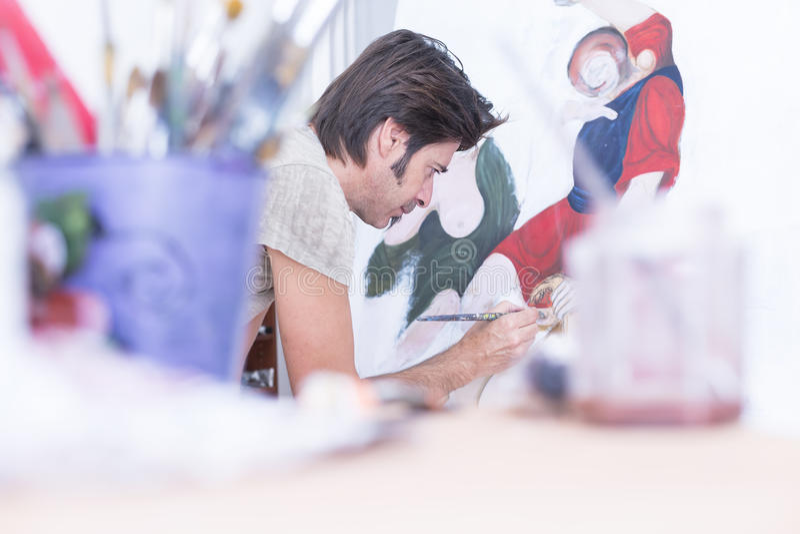 Junge Malermalerei auf Segeltuch - Malereisitzung stockbilder