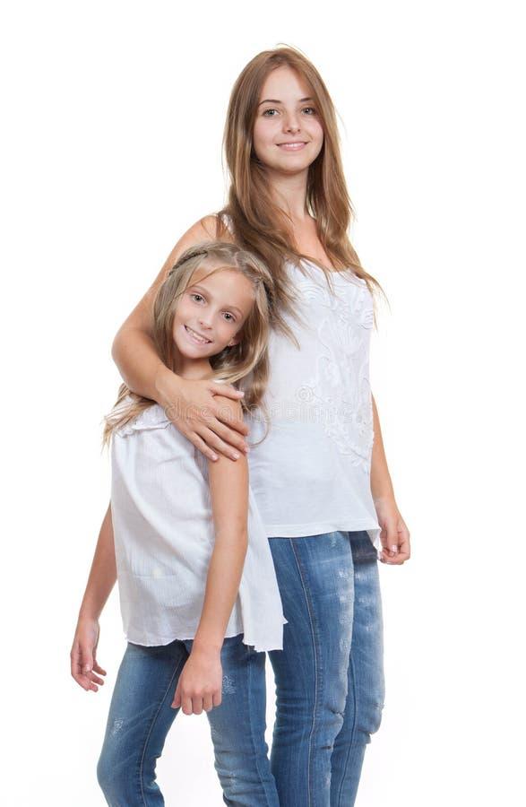 Junge Mama Und Tochter Oder Schwester Stockfoto - Bild von
