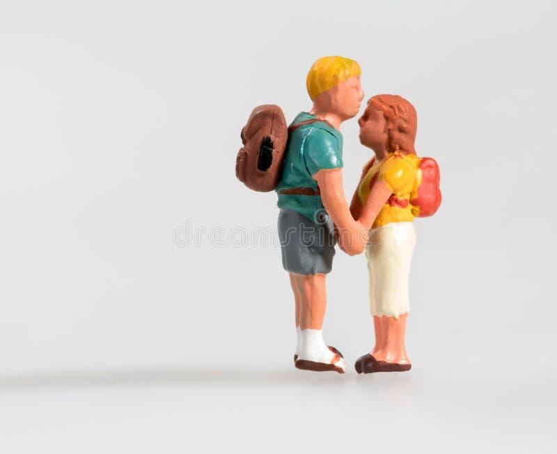 Junge Miniaturpaare im Liebeshändchenhalten lizenzfreie stockfotografie