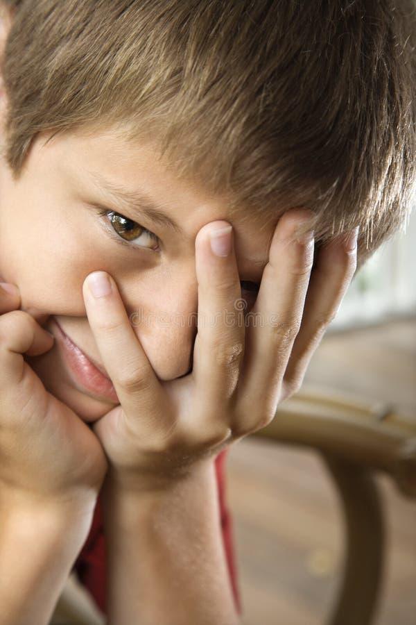 Junge mit überreichen Gesicht stockfoto