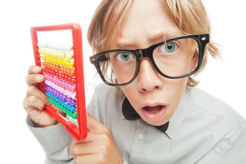Junge mit Abakustaschenrechner stockfoto