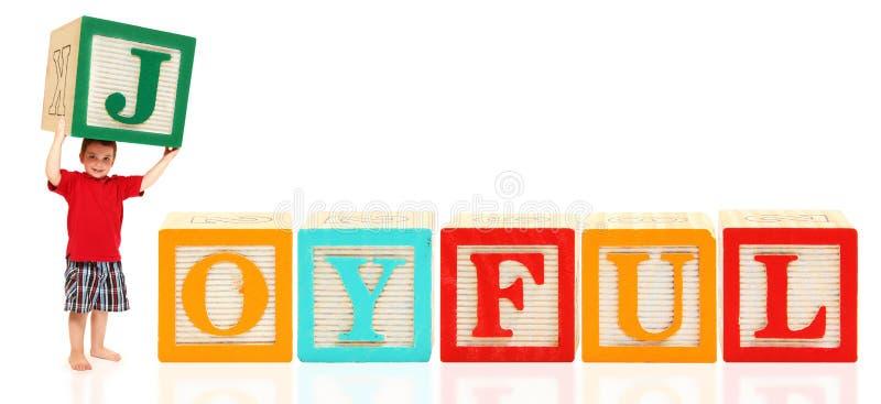 Junge Mit Alphabet Blockt FROHES Stockfoto