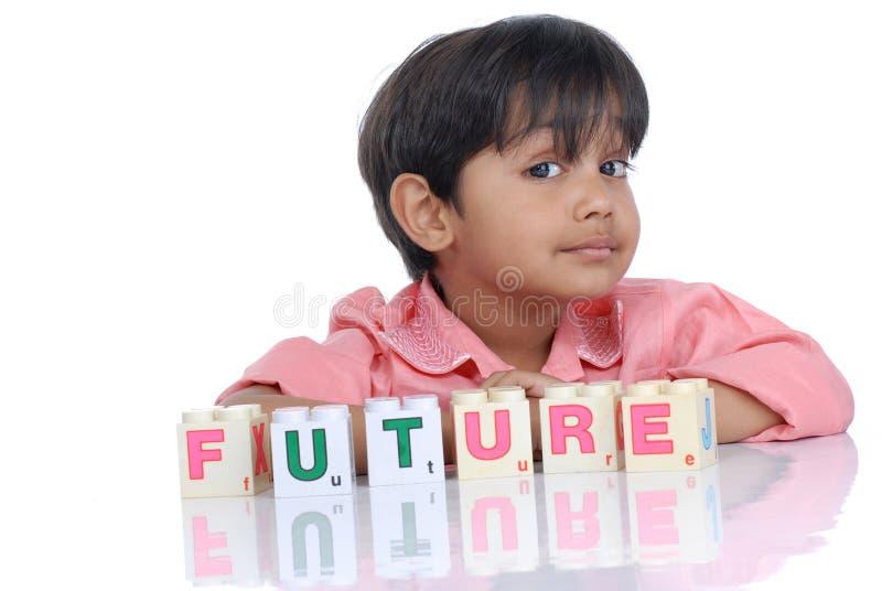 Junge mit Alphabetblöcken stockfotografie