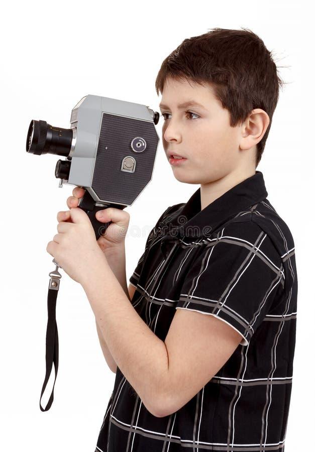 Junge mit alter Kamera der Weinleseentsprechung 8mm lizenzfreie stockfotografie