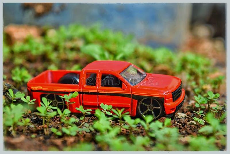 Junge mit Autospielzeug im Bett lizenzfreies stockfoto