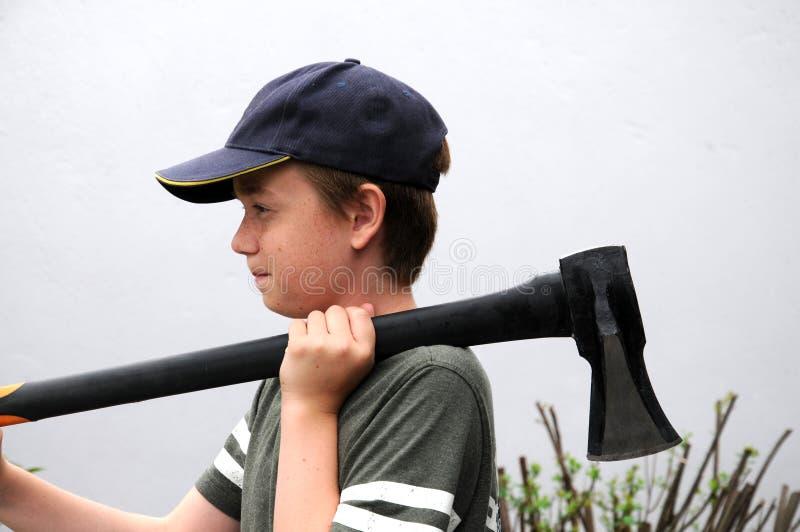 Junge mit Axt lizenzfreie stockfotos