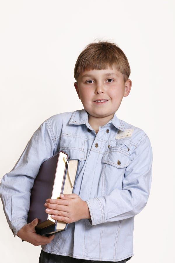 Junge mit Büchern lizenzfreie stockfotografie