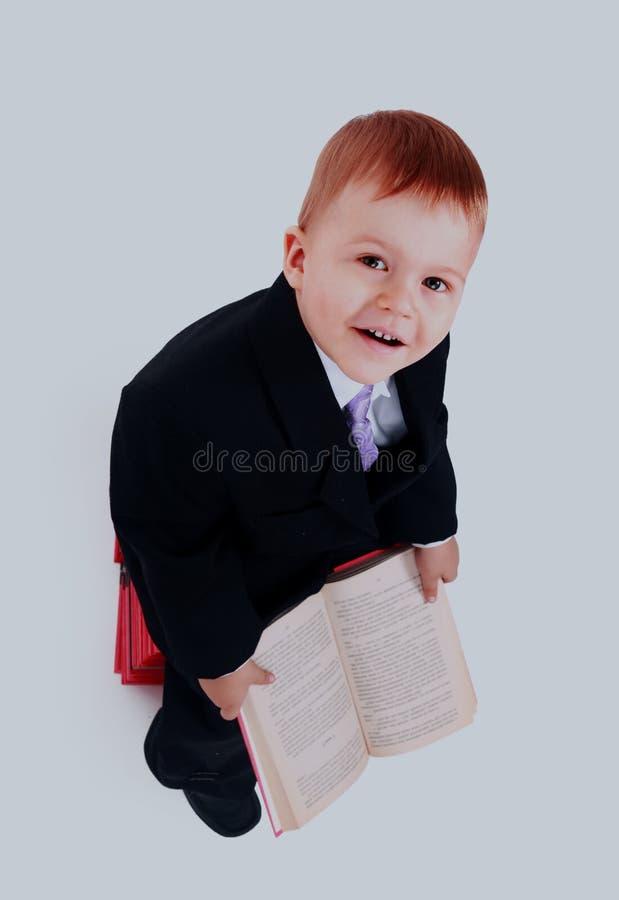 Junge mit Büchern für ein Bildungsporträt - lokalisiert über einem weißen Hintergrund lizenzfreie stockbilder