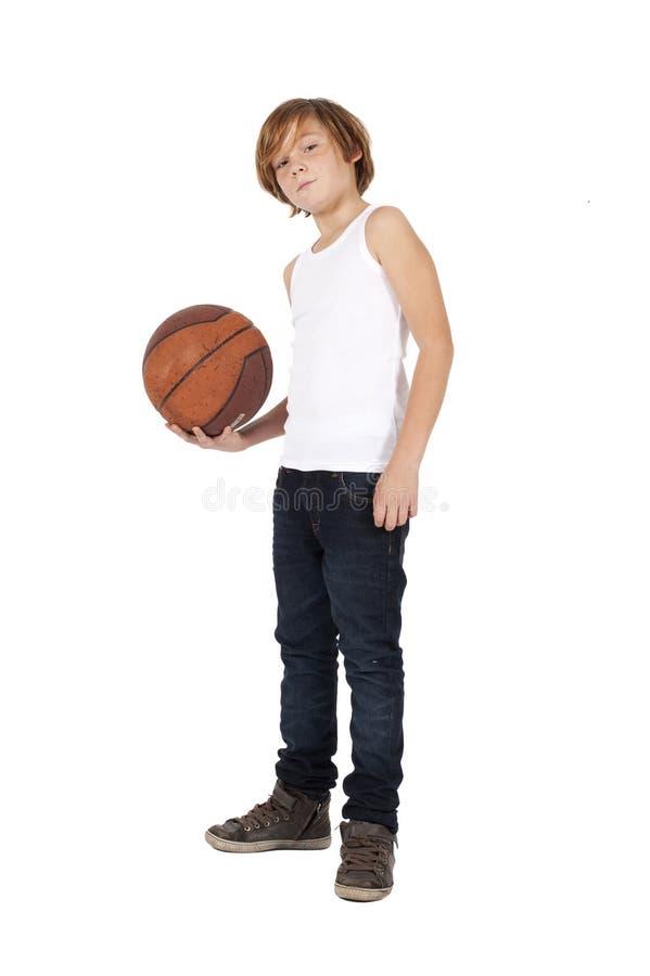 Junge mit Basketball stockbild