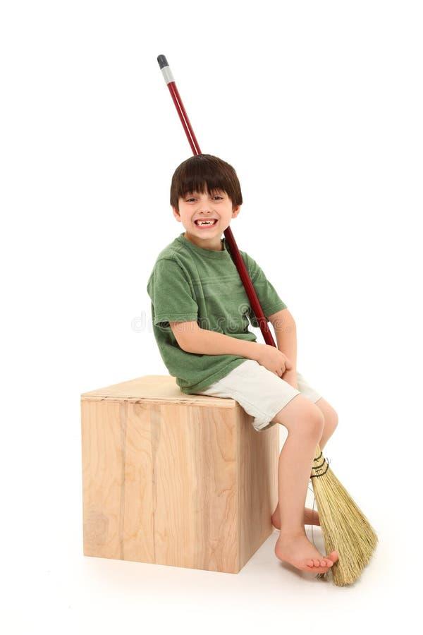 Junge mit Besen stockfotos