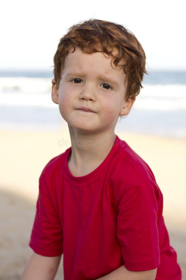 Junge mit beteiligtem oder besorgtem Blick auf seinem Gesicht stockfoto