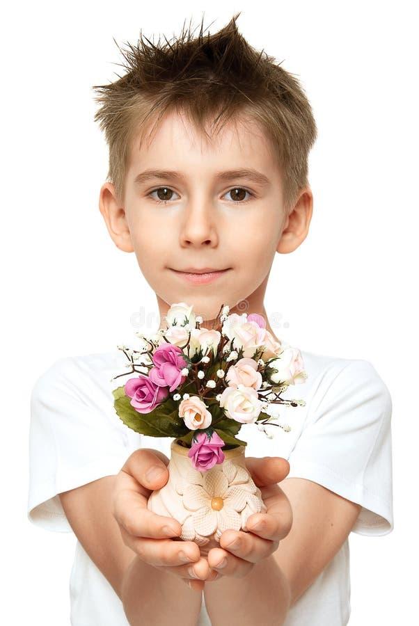 Junge mit Blumenstrauß lizenzfreie stockfotos