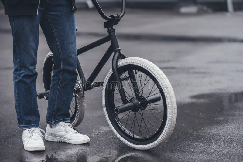Junge mit bmx Fahrrad stockbild