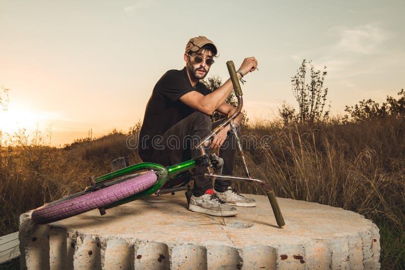 Junge mit bmx Fahrradreiter lizenzfreie stockfotos