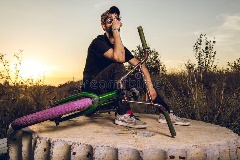 Junge mit bmx Fahrradreiter stockbild