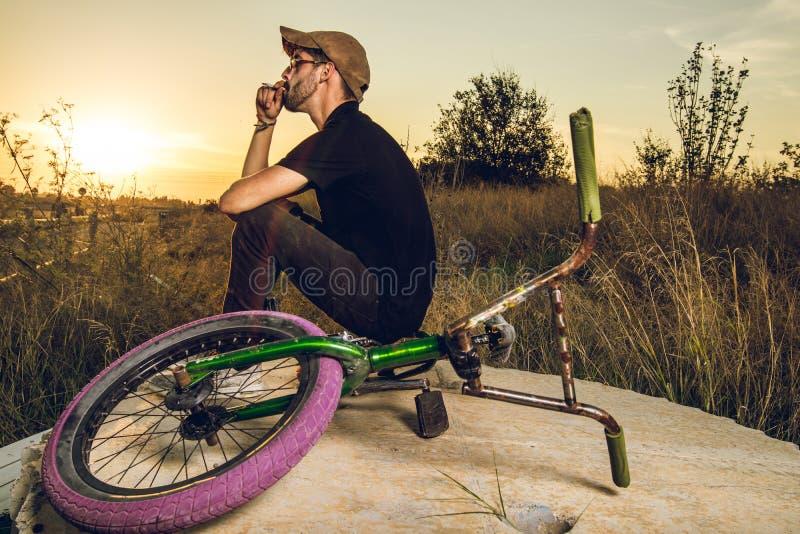 Junge mit bmx Fahrradreiter lizenzfreies stockbild