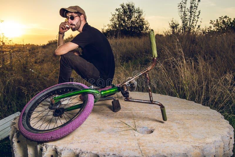 Junge mit bmx Fahrradreiter lizenzfreie stockfotografie