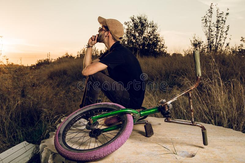 Junge mit bmx Fahrradreiter stockbilder