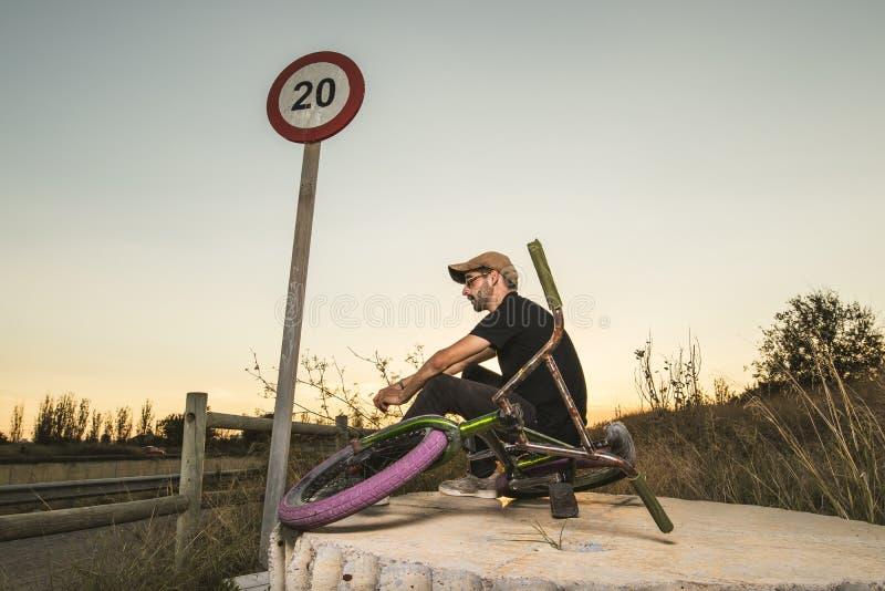 Junge mit bmx Fahrradreiter stockfotografie