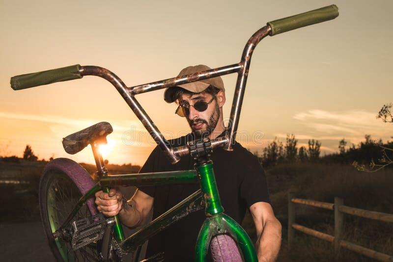 Junge mit bmx Fahrradreiter lizenzfreies stockfoto