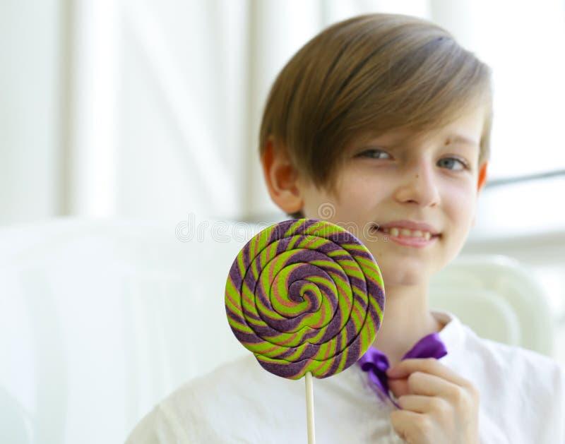 Junge mit Bonbons stockbild