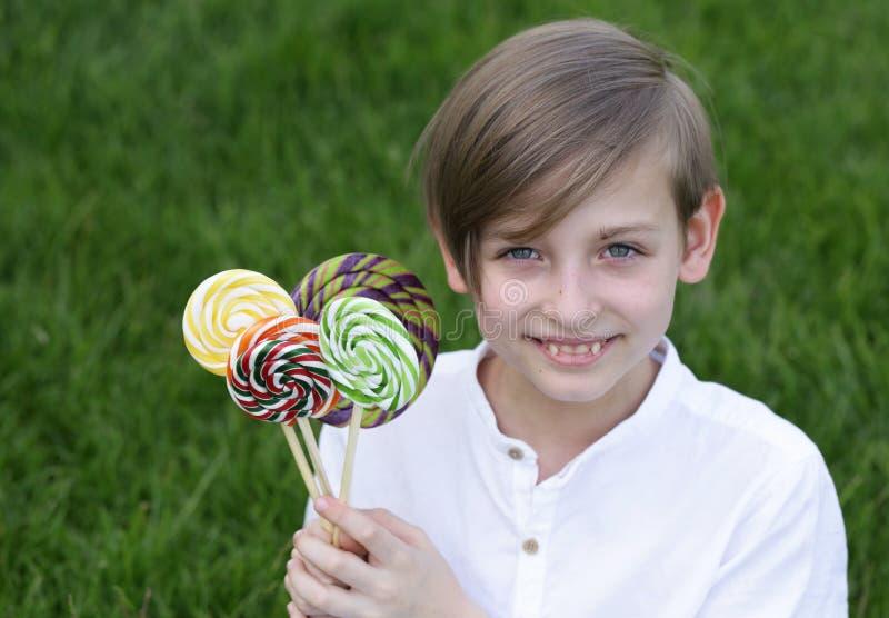 Junge mit Bonbons stockbilder