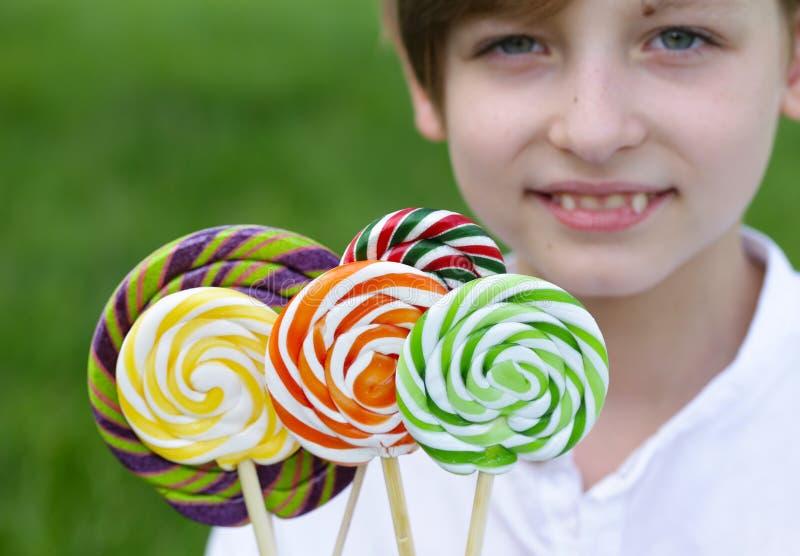 Junge mit Bonbons stockfotos