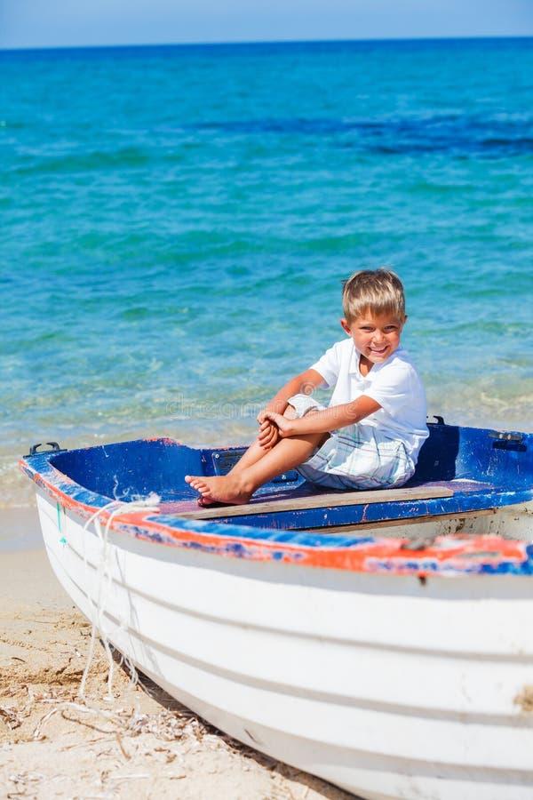 Junge mit Boot lizenzfreies stockfoto