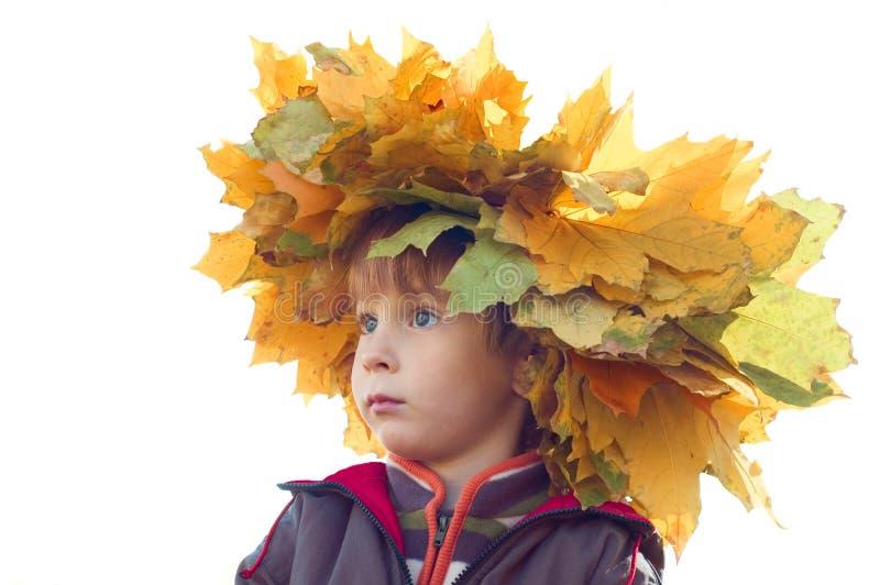 Junge mit Chaplet der gelben Ahornblätter stockbild