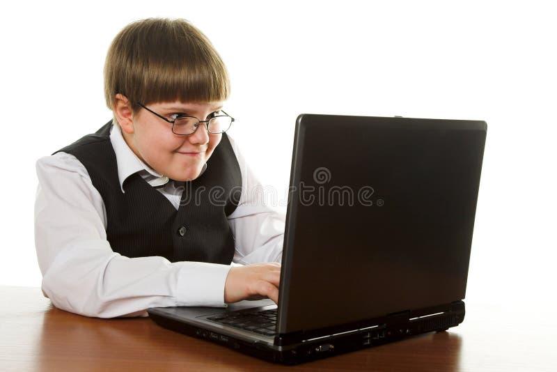 Junge mit Computer lizenzfreie stockbilder