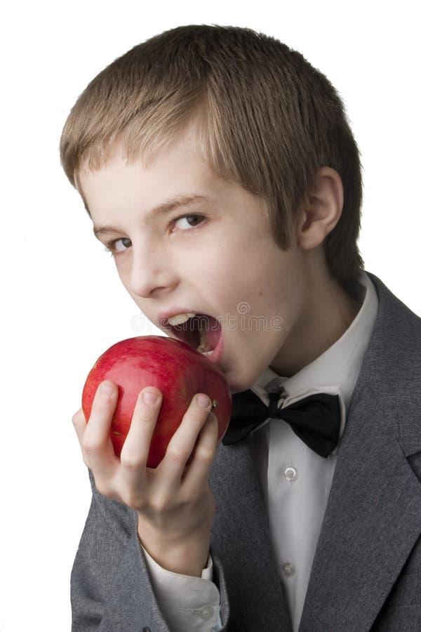 Junge mit dem Apfel stockfoto