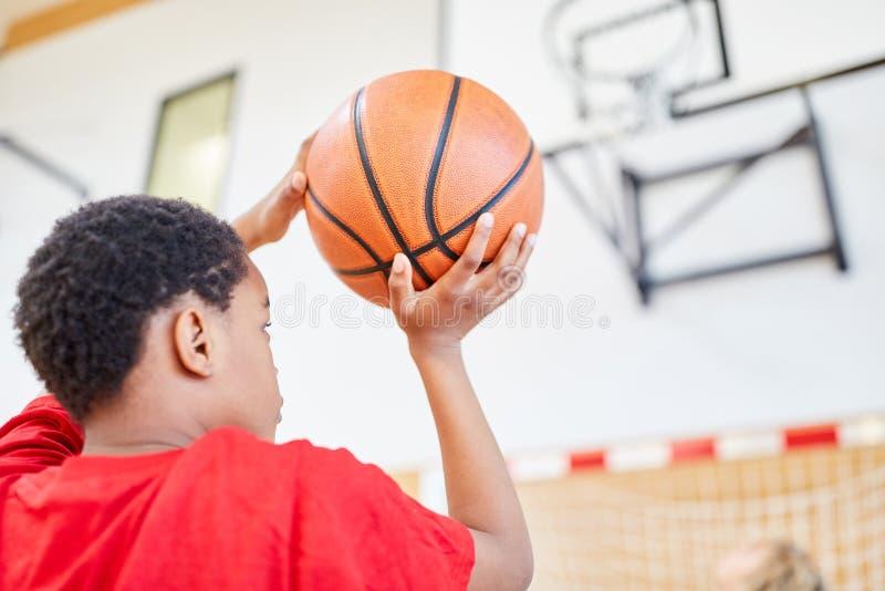Junge mit dem Basketball in der Hand lizenzfreies stockbild
