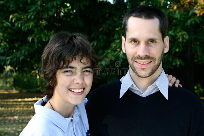 Junge mit dem liebevollen Vater, im Freien stockfotografie