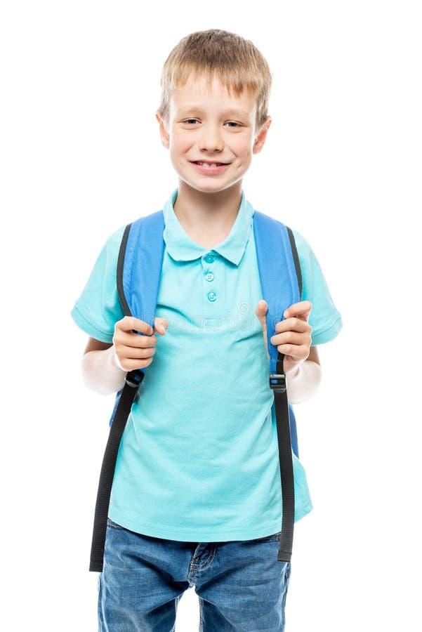 Junge mit dem Rucksack bereit, zur Schule, Porträt zu gehen auf Weiß lizenzfreies stockfoto