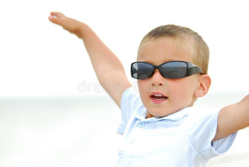 Junge mit den Armen angehoben stockfotografie