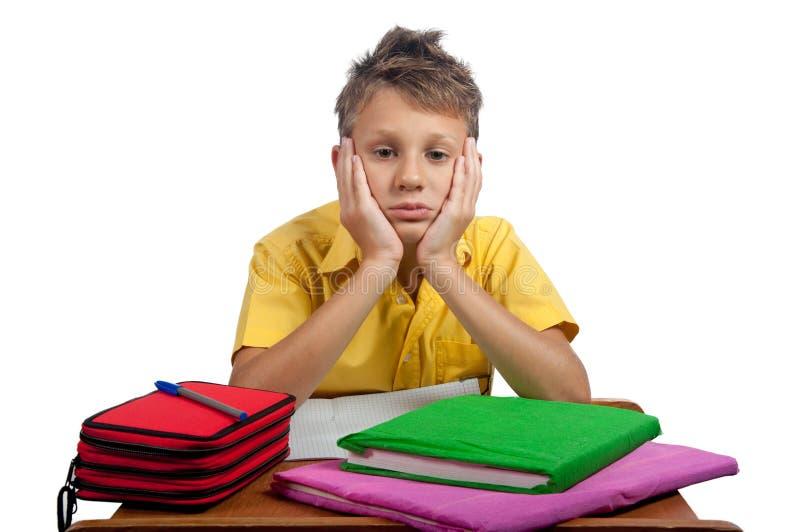 Junge mit den Büchern, die gebohrt schauen Alle auf weißem Hintergrund stockfotografie