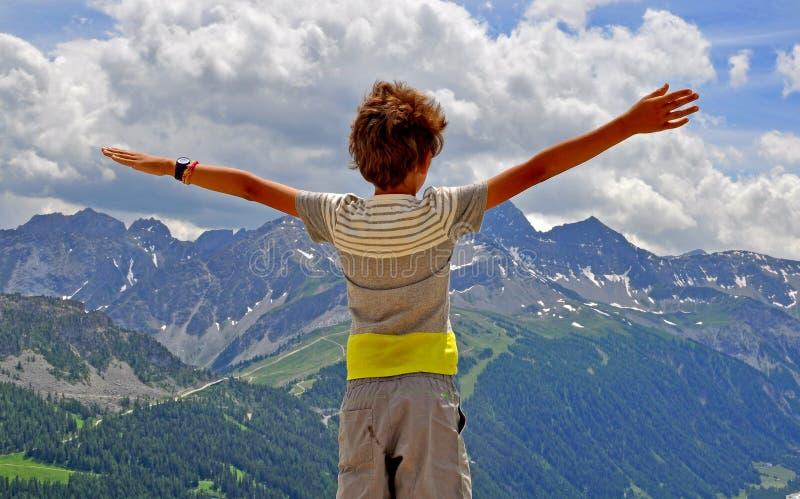 Junge mit den Händen in der Luft stockbilder