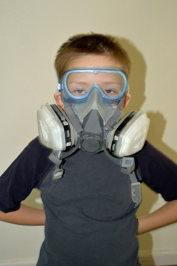 Junge mit den Zombieaugen, die Farbenmaske tragen lizenzfreies stockbild