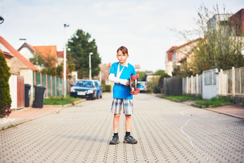 Junge mit der gebrochenen Hand lizenzfreie stockfotos