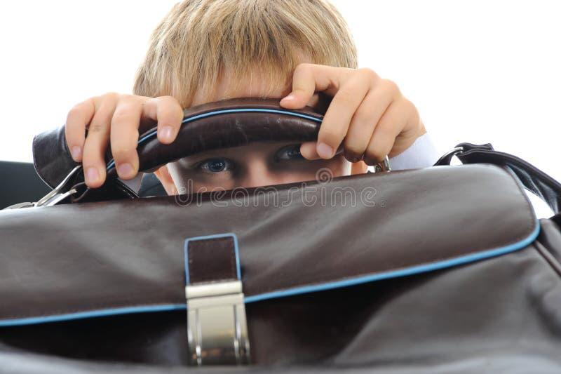 Junge mit einem Aktenkoffer lizenzfreie stockfotos