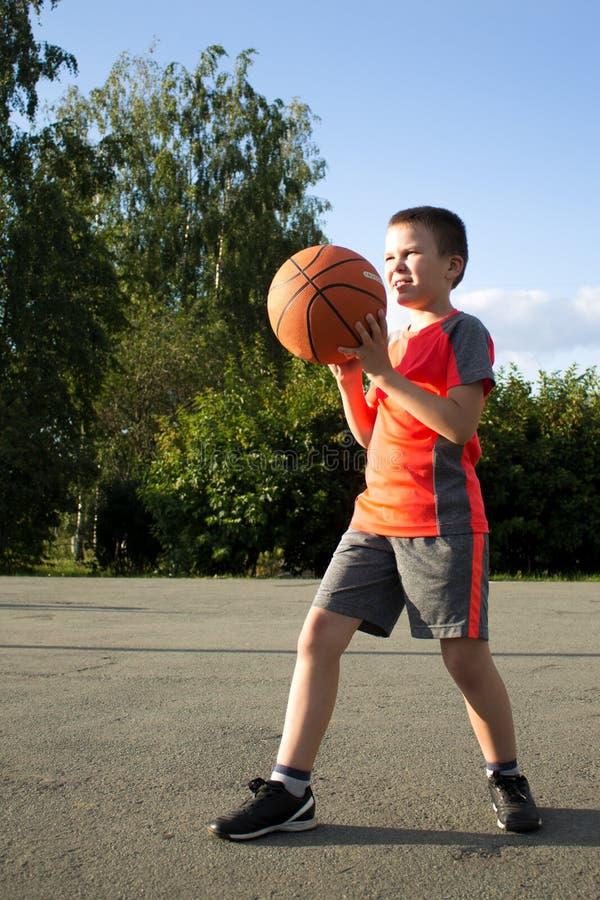 Junge mit einem Basketball lizenzfreies stockfoto