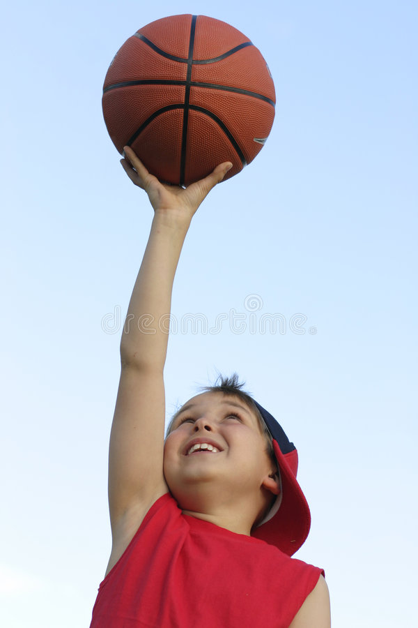 Junge mit einem Basketball lizenzfreie stockbilder