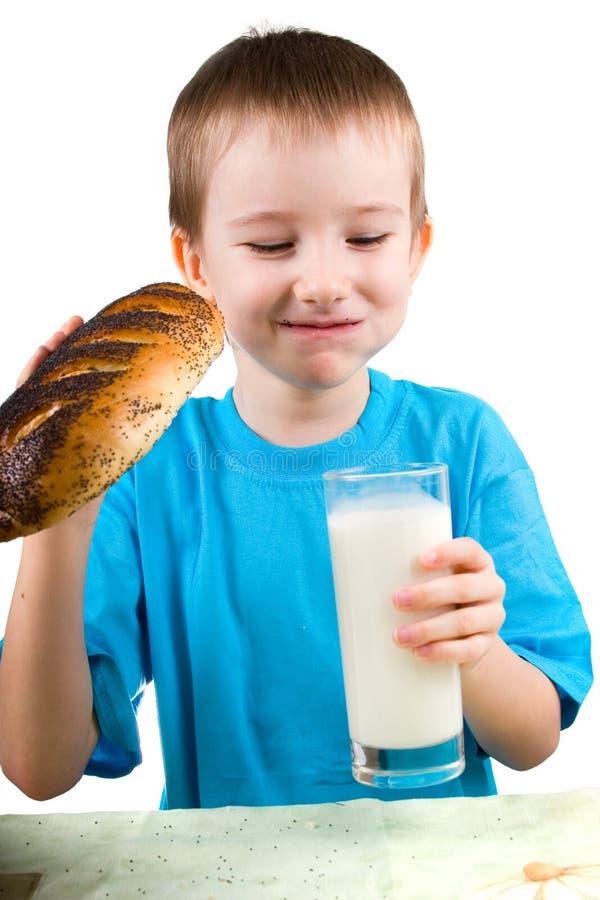 Junge mit einem Brot und einer Milch lizenzfreies stockfoto