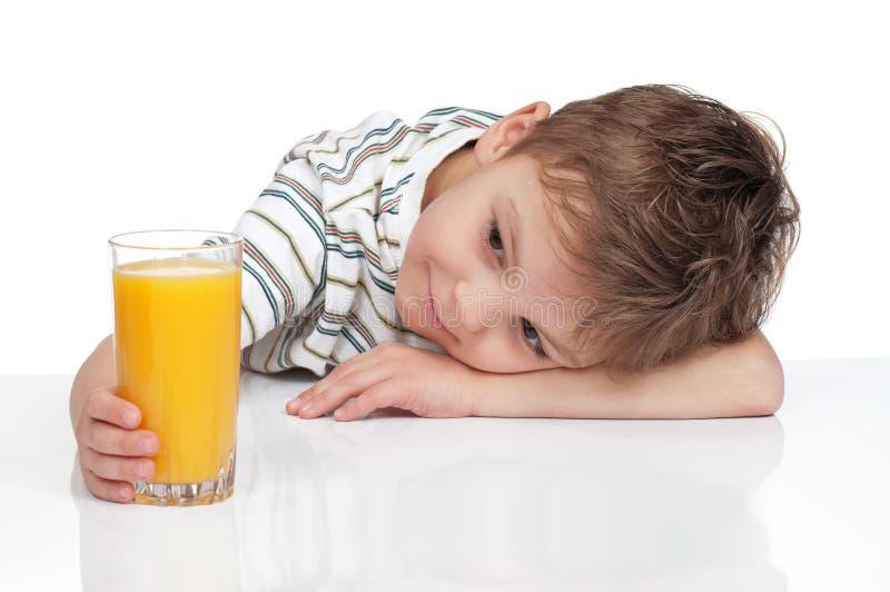 Junge mit einem Glas Saft stockbild