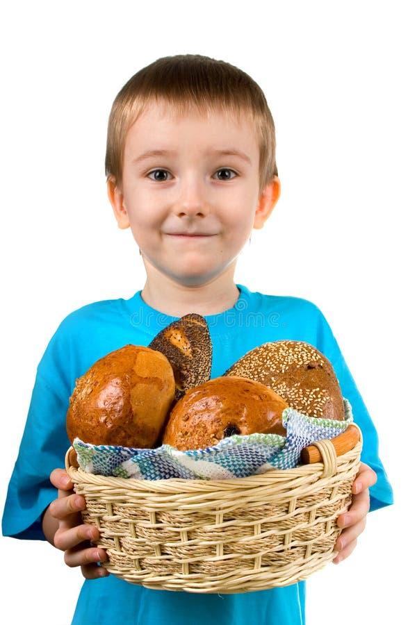 Junge mit einem Korb des Brotes stockfoto